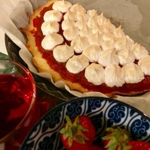 Tarte à la fraise et rhubarbe meringuée